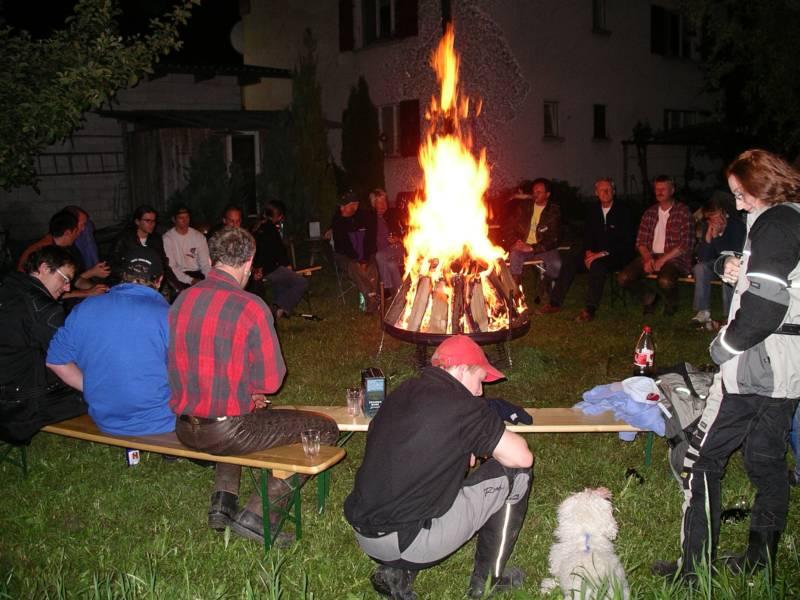 Am Feuer kommt Lagerstimmung auf
